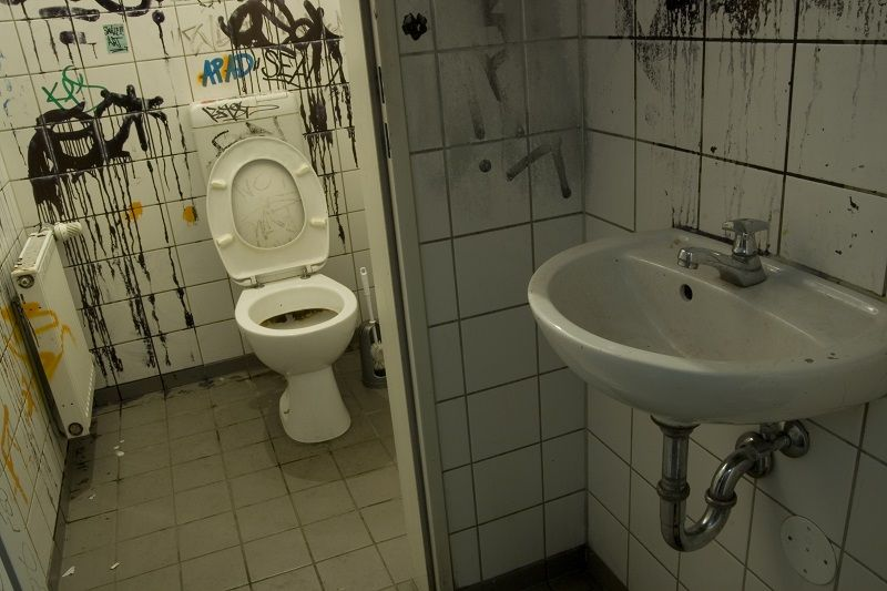 Dirty-Toilet-in-Berlin-cm